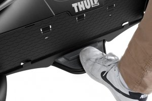 2015-09::1441356682-thule-velocompact-feature-7pin-3bike-tilt-pedal-sized-900x600.jpg